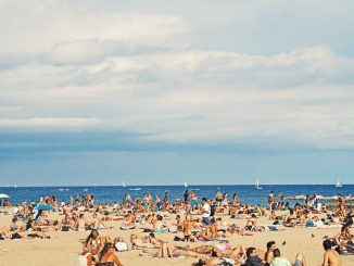 Crowded Barcelona beach by federicogiampieri (Unsplash.com)
