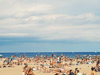 Crowded Barcelona beach by federicogiampieri (Unsplash.com)