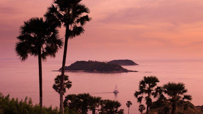 Perfect sunset in Phuket, Thailand by themikk (Unsplash.com)