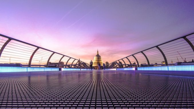 Evening over Millennium Bridge by padolsey (Unsplash.com)