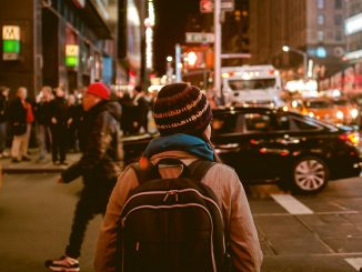 Crossing street in New York by anubhav (Unsplash.com)