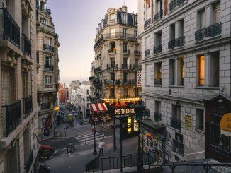 Montmartre streets at dusk by heytowner (Unsplash.com)