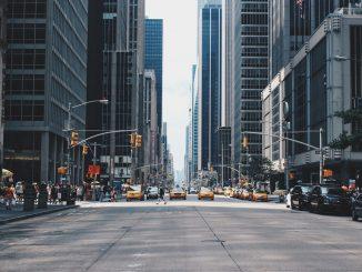 Crossing the street by andreacau (Unsplash.com)