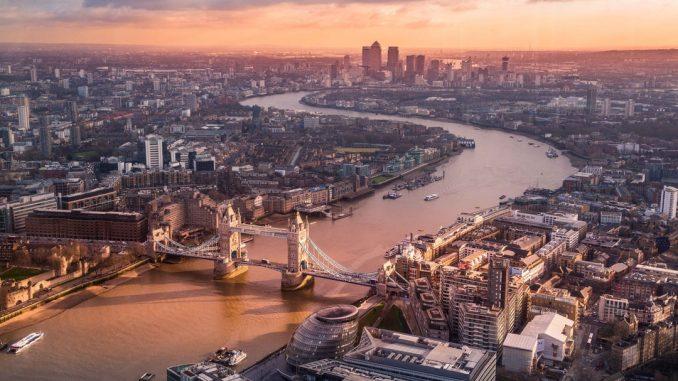 Sunrise in London by lucamicheli (Unsplash.com)