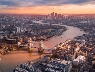Sunrise in London by lucamicheli (Unsplash.com)