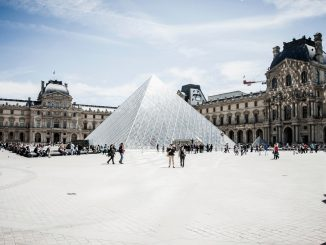 Louvre courtyard with visitors by stacywyss (Unsplash.com)