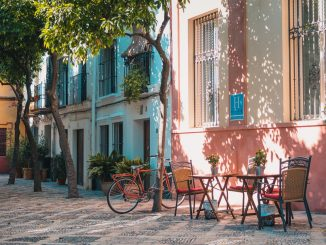 Cycling might not be the best way to move around the old streets of Seville because of the pavements, but this bike sure has a charm. by johanmouchet (Unsplash.com)