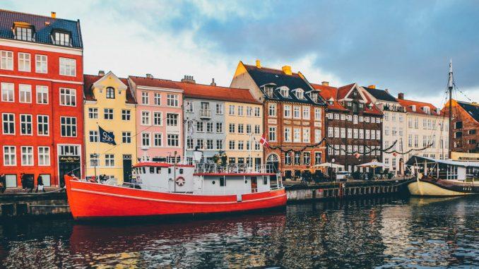 The Wonderful Nyhavn by nickkarvounis (Unsplash.com)