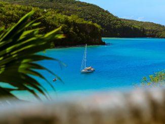 Yacht on blue lake by fo0x (Unsplash.com)