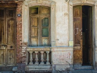 The picture is the front of a house on Condell street in Santiago, Chile. The colours caught my attention. by helpstay (Unsplash.com)