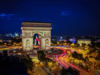 "Long exposure ""Arc de Triomphe"" in Paris by florianwehde (Unsplash.com)"